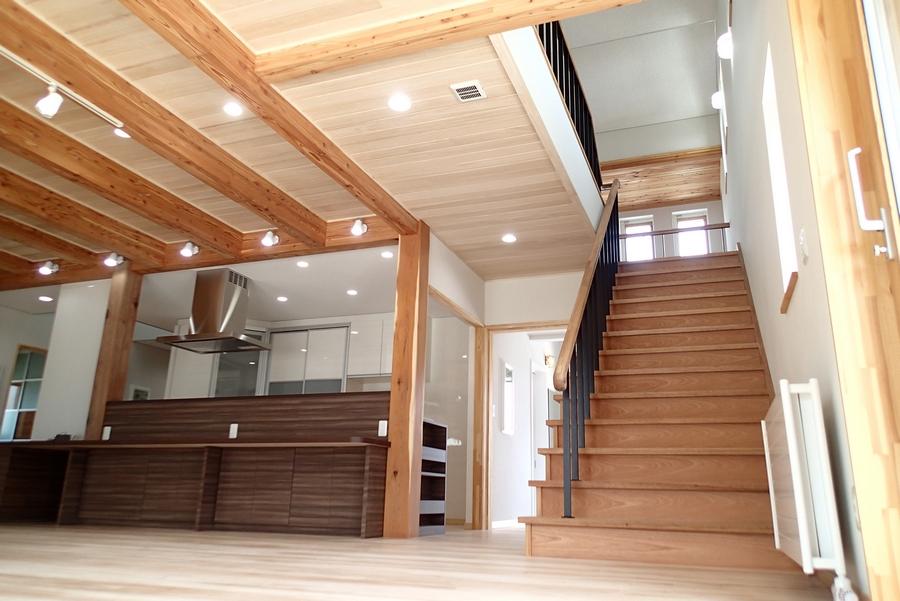 天井には吸湿・調湿効果のあるキリの無垢材