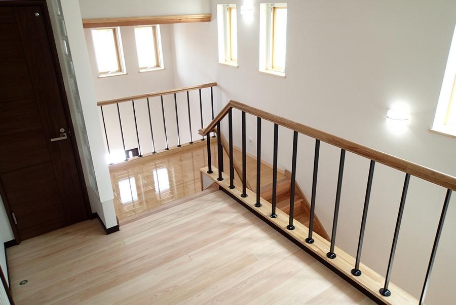 2階から階段踊り場を見る